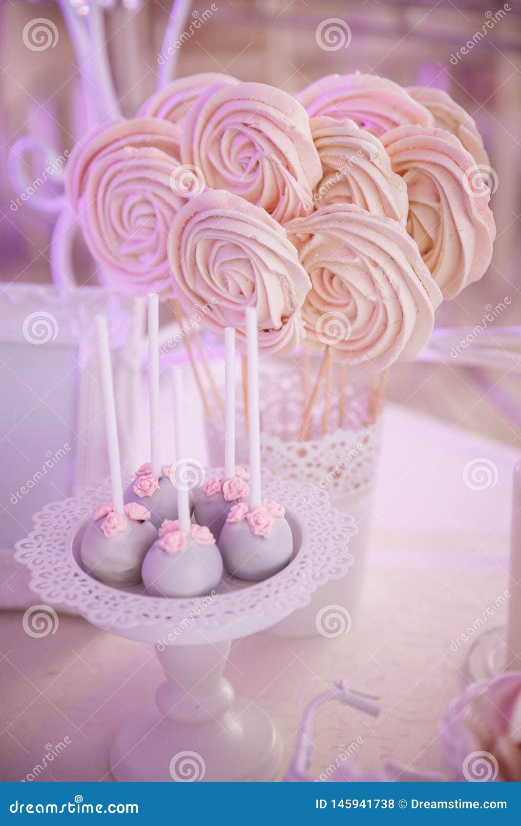Söta marshmallower och pirodnye på pinnar