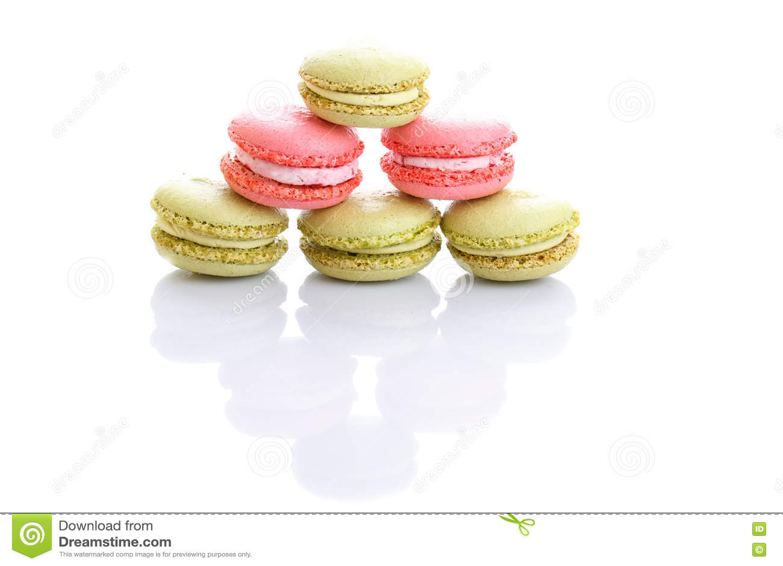Söta och färgglade franska makron eller macaron på vit bakgrund