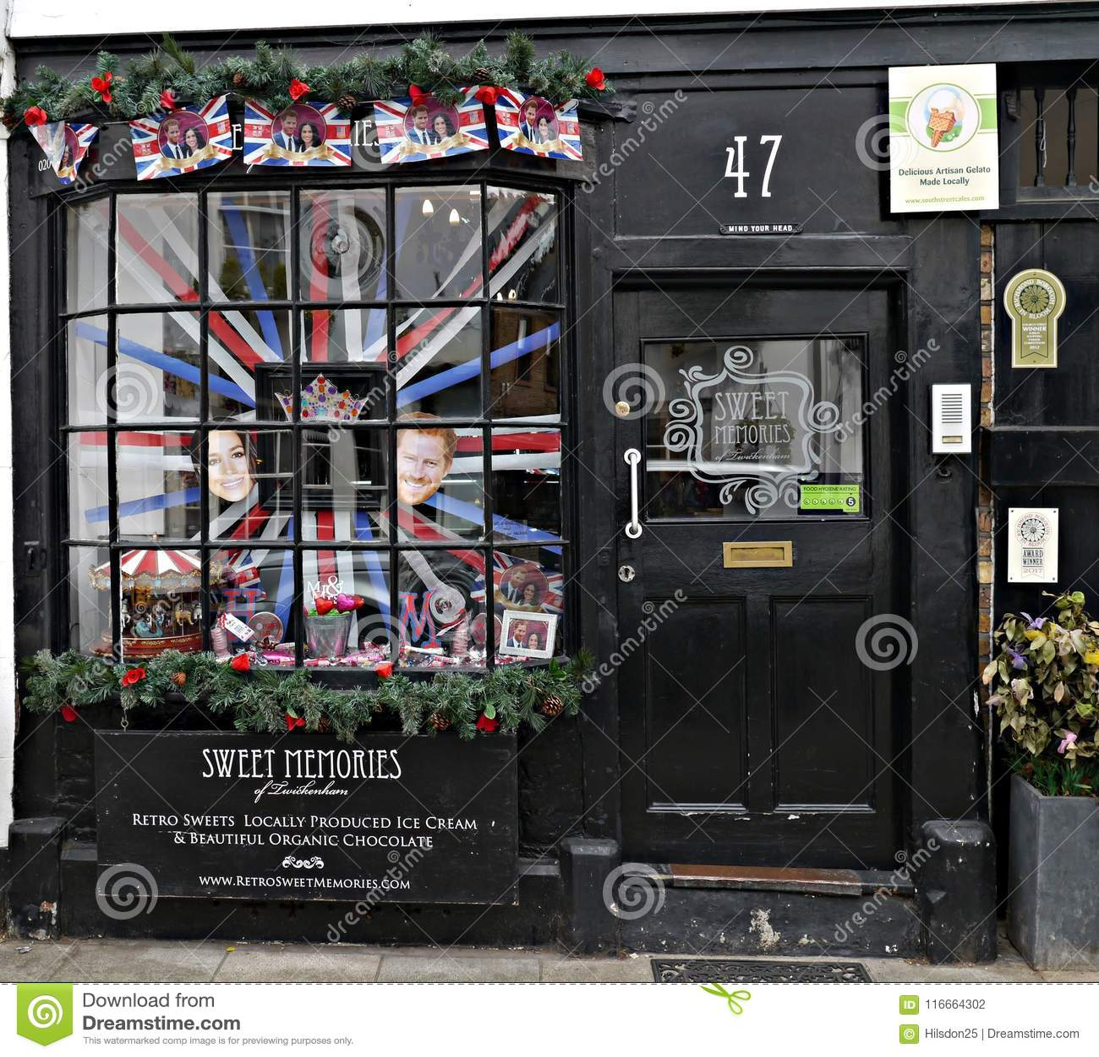Sötsaken shoppar fönstret med en skärm till prinsen Harry och Meghan Markel Upcoming Marraige