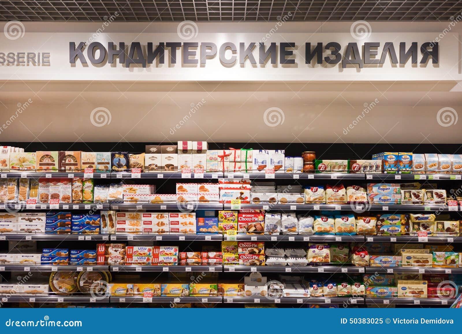 Sötsaker och choklader på självna i foodstore