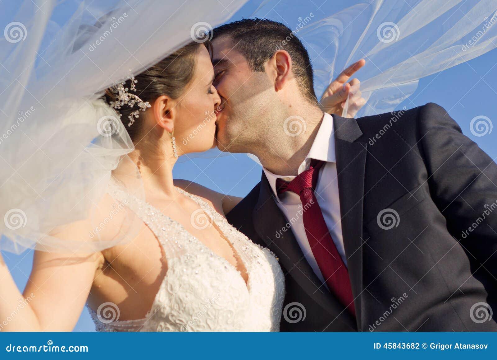 Sött nyligen kyssa för gift par som är utomhus-