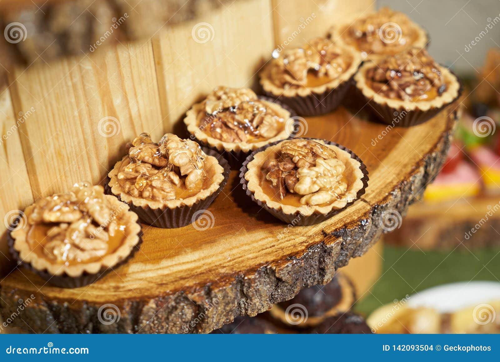 Sött tartletmellanmål med valnöten och honung, närbild Knuffa omkring att sköta om mat