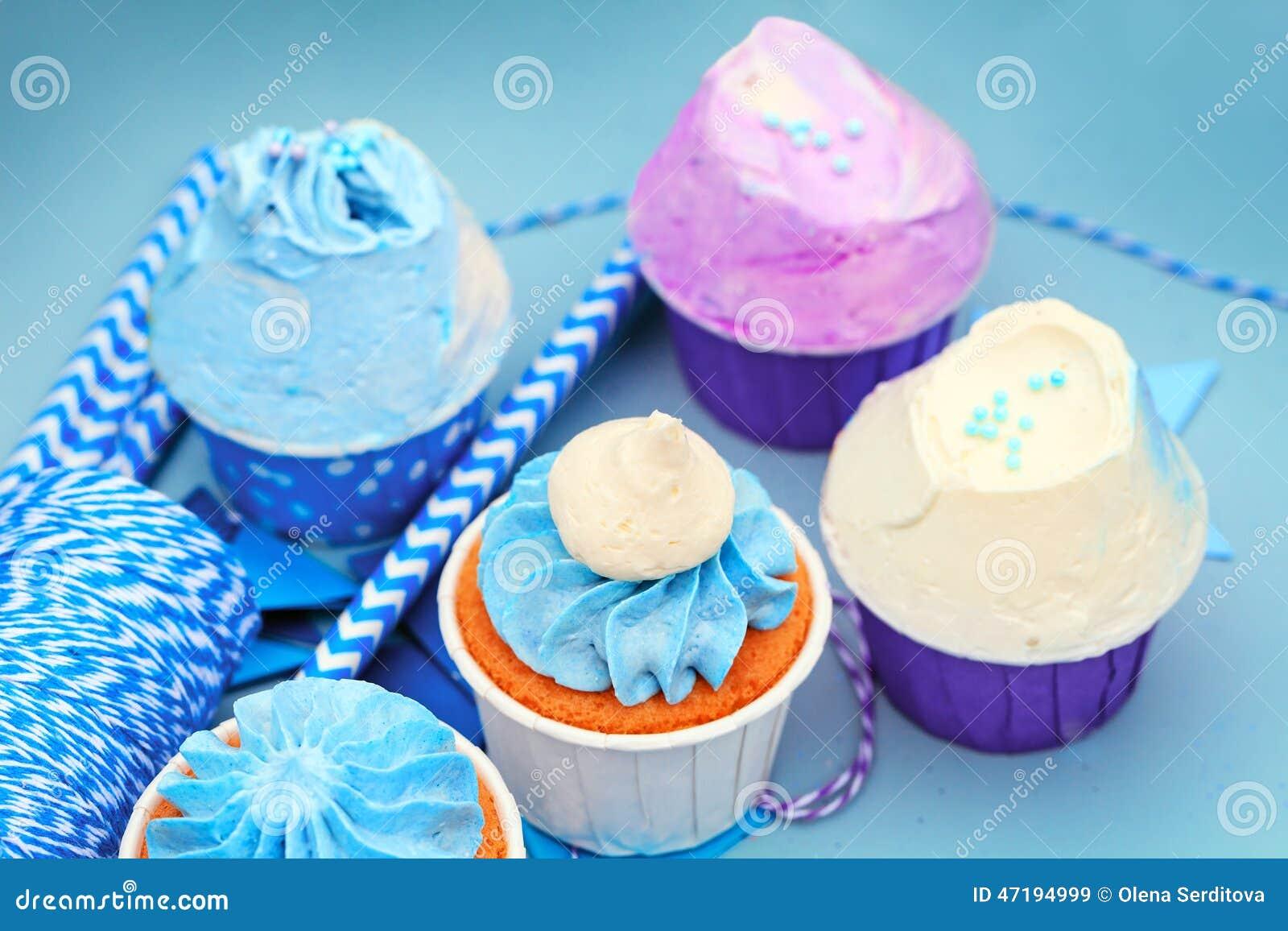 Süße Feiertagsdekoration mit klaren kleinen Kuchen
