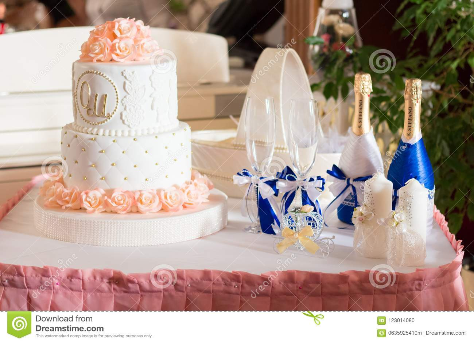 Susse Hochzeitstorte Mit Rosen Redaktionelles Bild Bild Von Brot