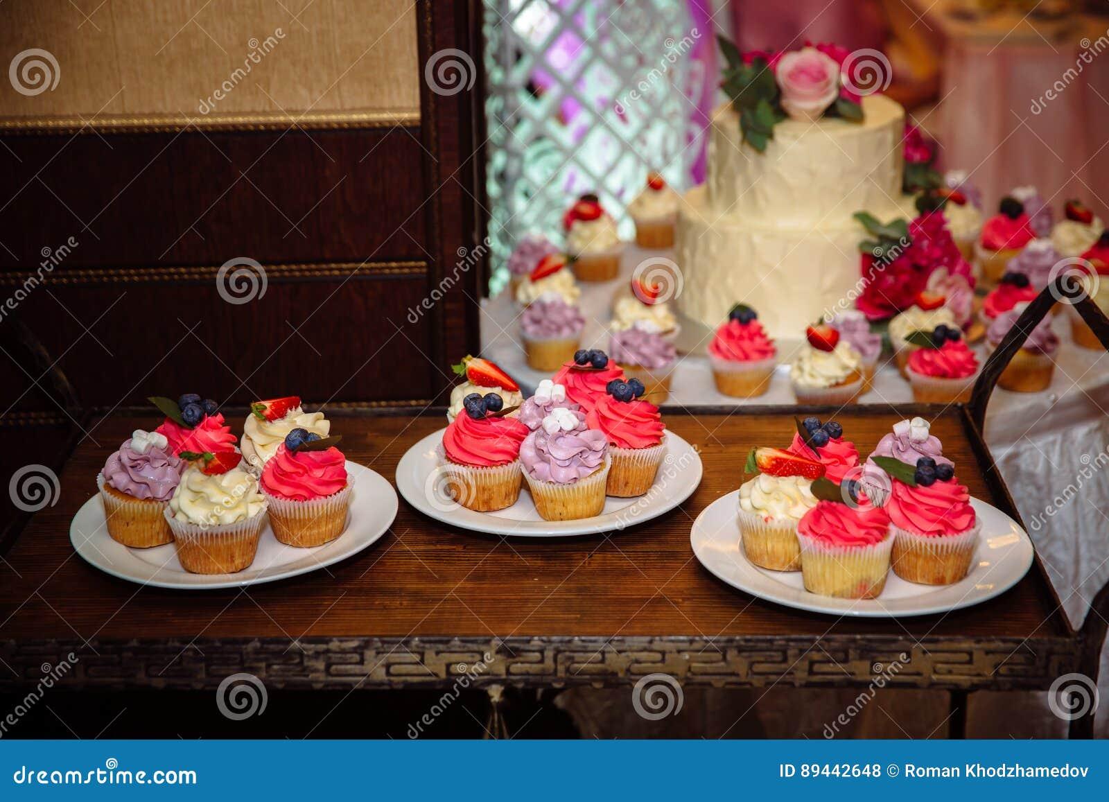 Susse Hochzeitstorte Mit Schokoriegel Muffins Kuchen Und Bonbons Im