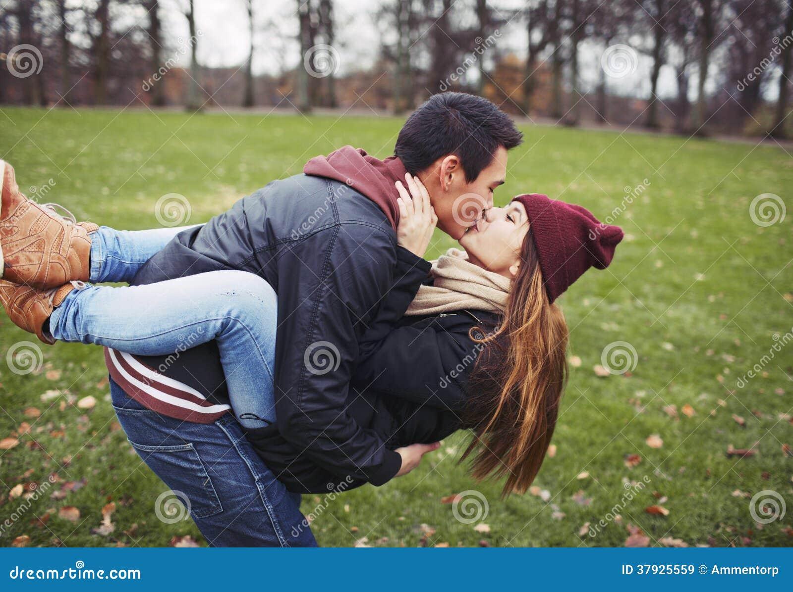 Süße Junge Paare, Die Einen Kuss Während Auf Einem Datum