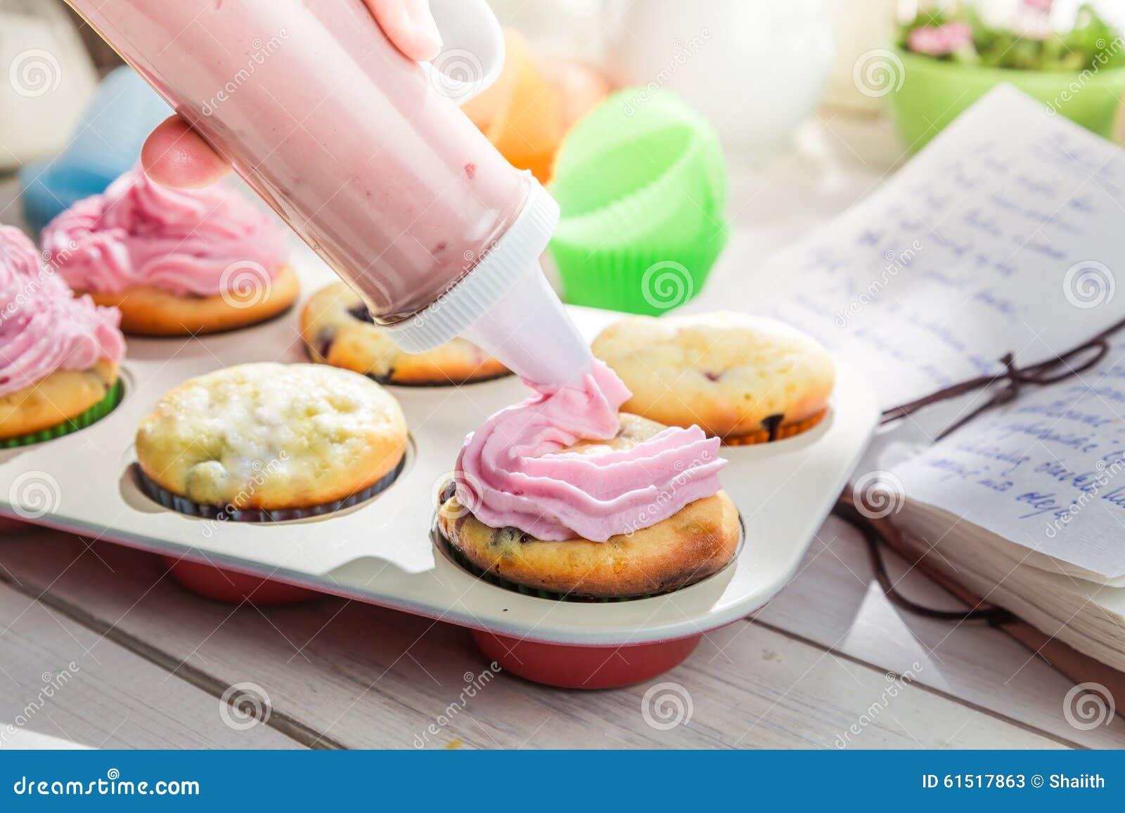 Susse Kleine Kuchen Mit Sahne Verzieren Stockbild Bild Von Kostlich