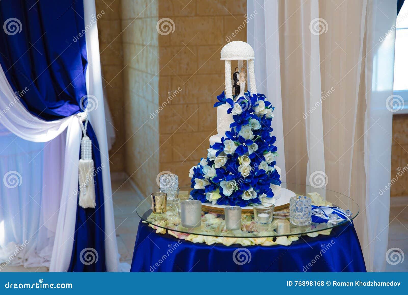 Susse Mehrstufige Hochzeitstorte Verziert Mit Blauen Blumen Stockfoto