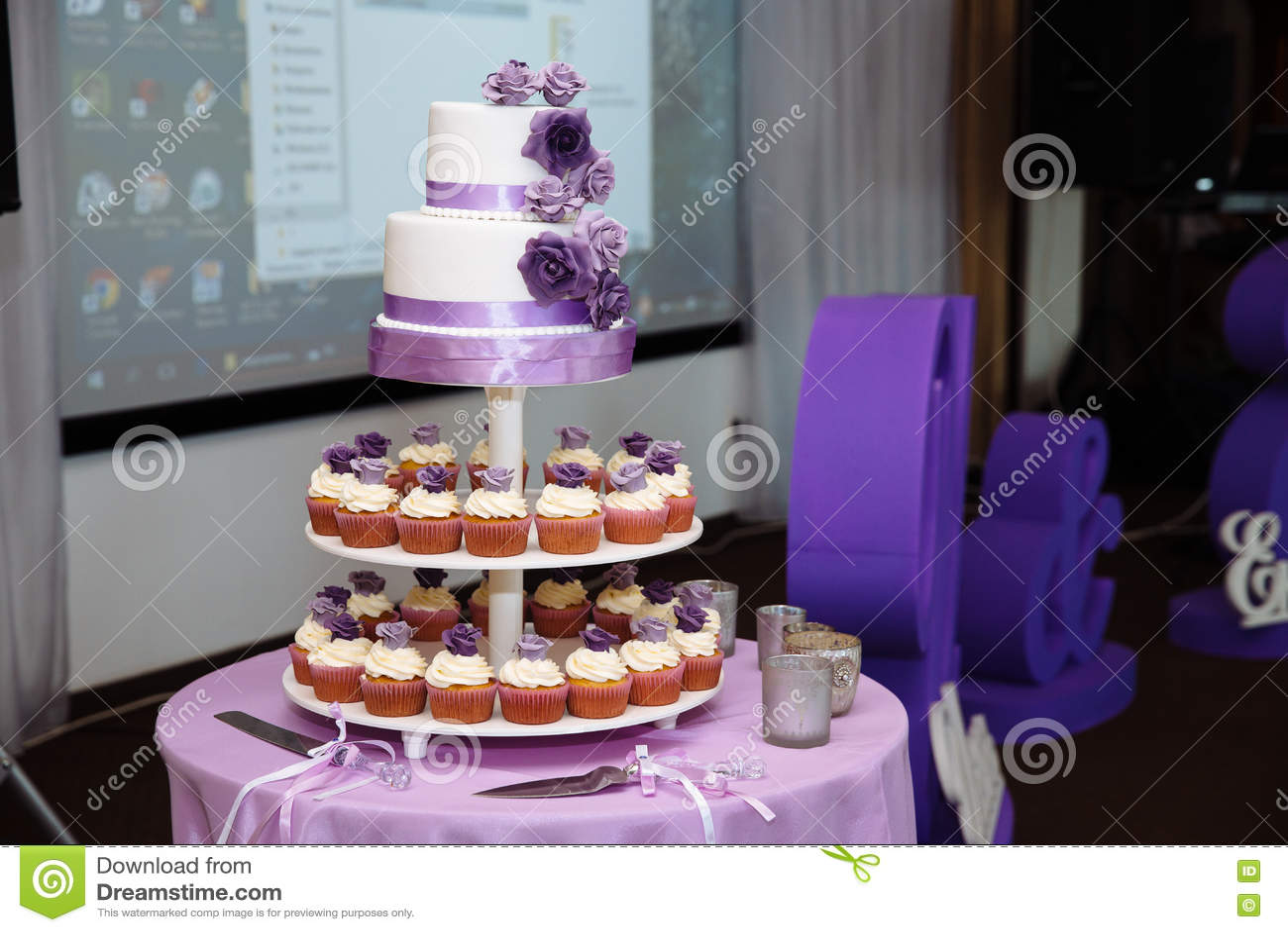 Susse Mehrstufige Hochzeitstorte Verziert Mit Blauen Blumen