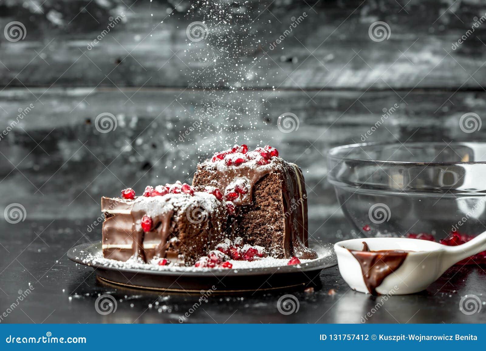 Süße Momente - süße Momente - Schokoladenkuchen gossen die heiße, flüssige Schokolade, besprüht mit roten Granatapfelsamen und -P