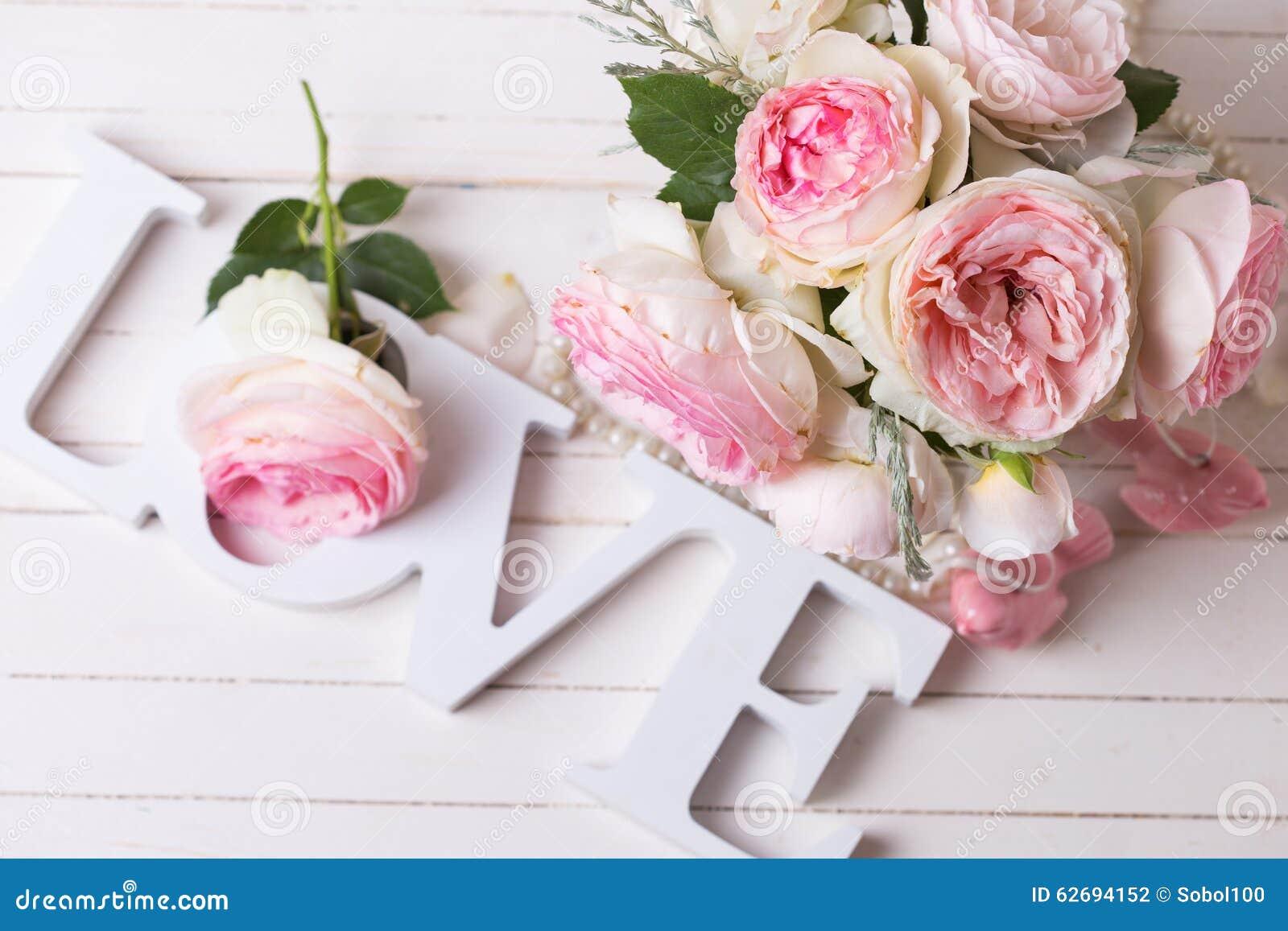 Süße Rosa Rosenblumen Und -wort Lieben Auf Dem Weiß Gemalt Hölzern ...