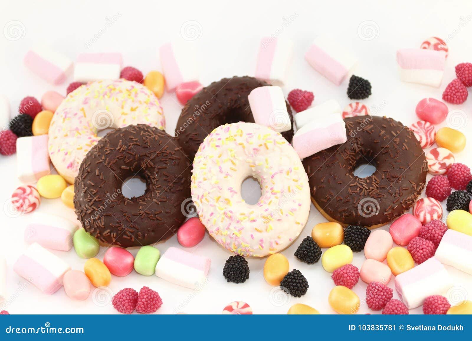 Süße Schaumgummiringe, viele hellen Süßigkeiten und Eibische