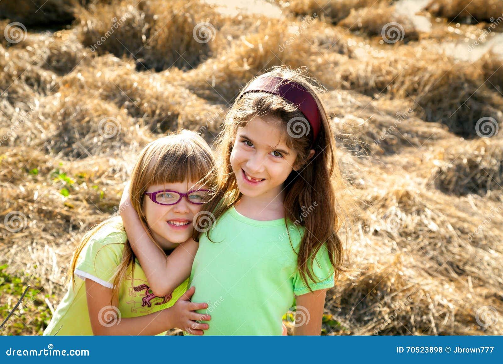 29b5a3b0599e1 Süße Schwestern Vor Zerquetschten Trockenen Schilfen Stockfoto ...