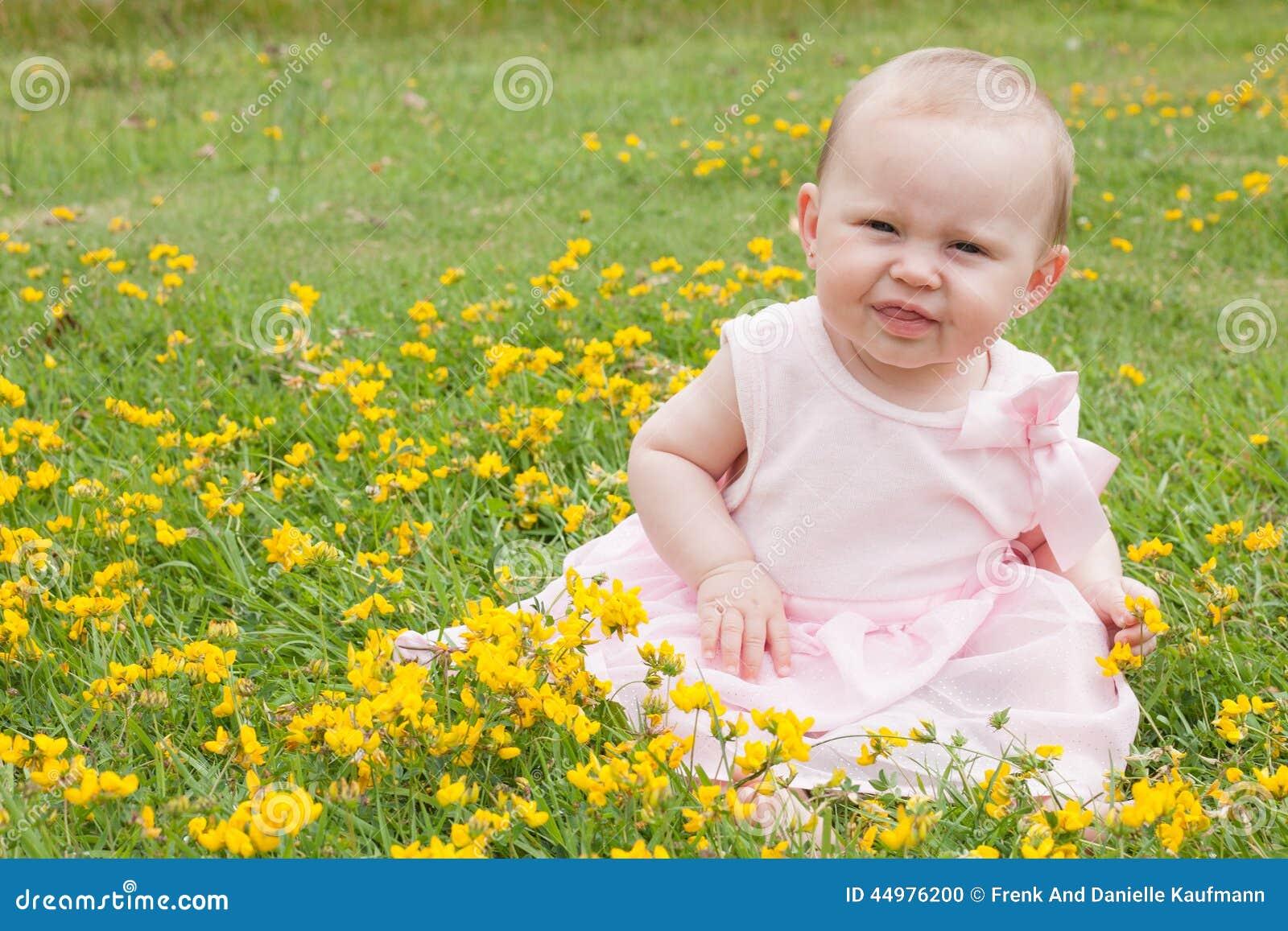 Süßes Baby auf dem Gebiet