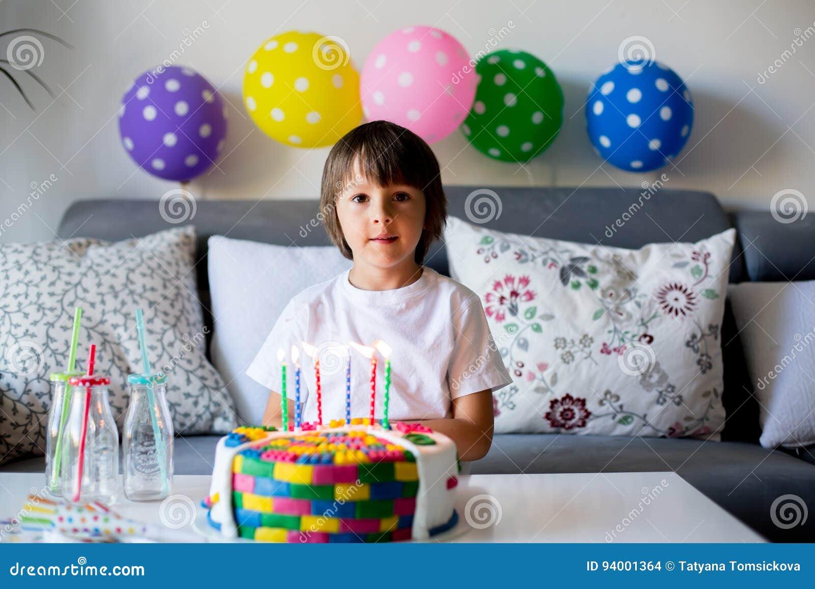 Susses Kleines Kind Junge Seinen 6 Geburtstag Feiernd Kuchen B