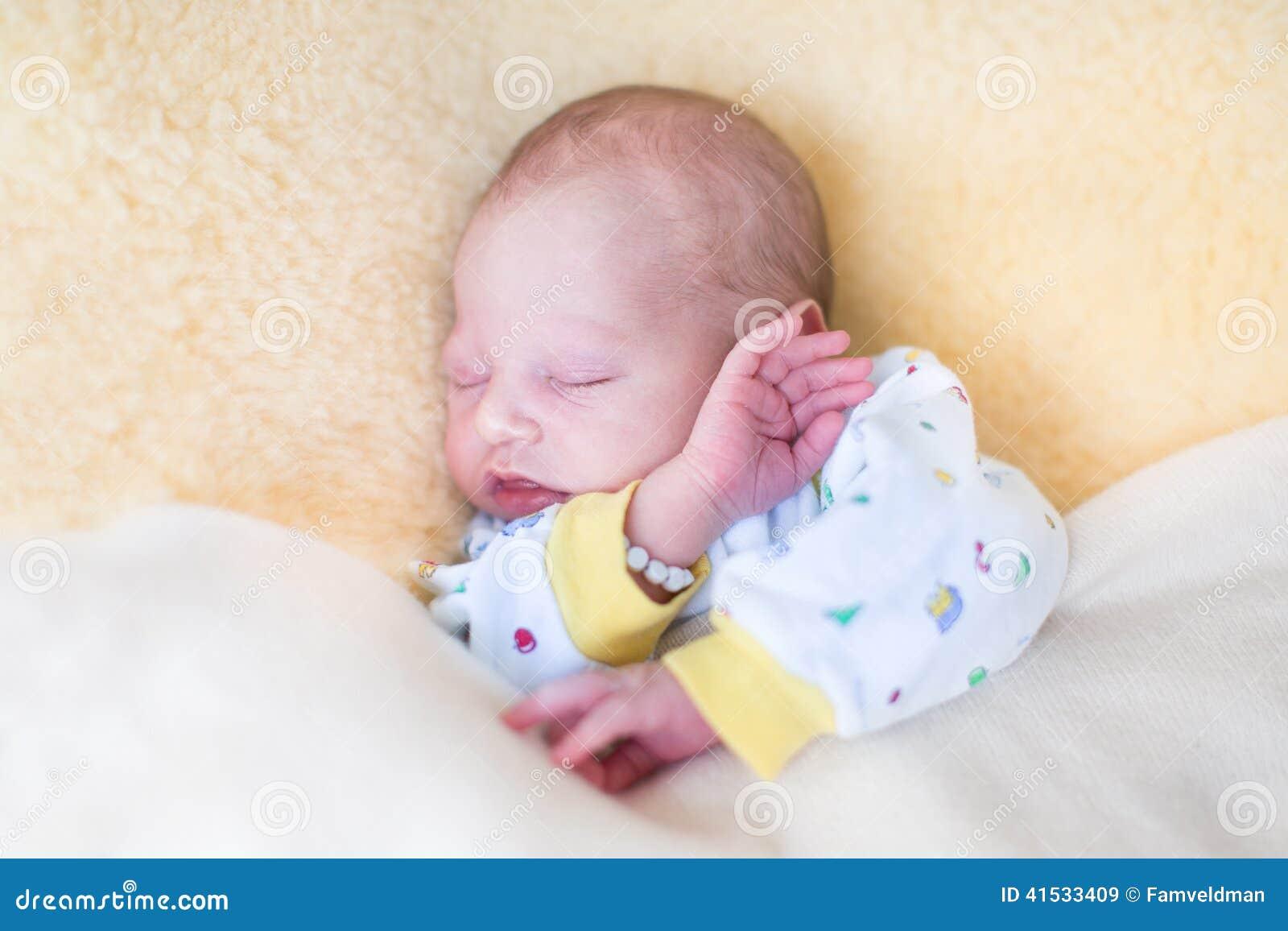 s es neugeborenes baby das auf warmem schaffell schl ft stockfoto bild 41533409. Black Bedroom Furniture Sets. Home Design Ideas