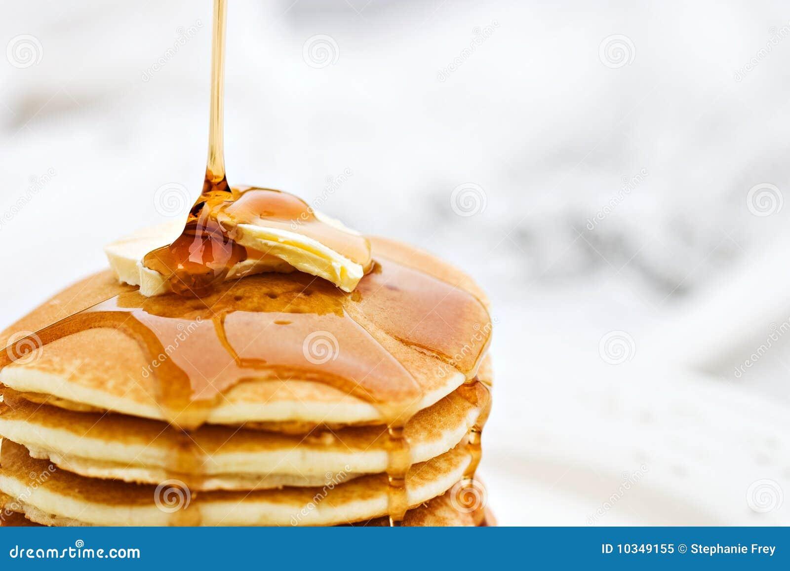 Süssen Sie das Schütten auf Pfannkuchen mit Sirup