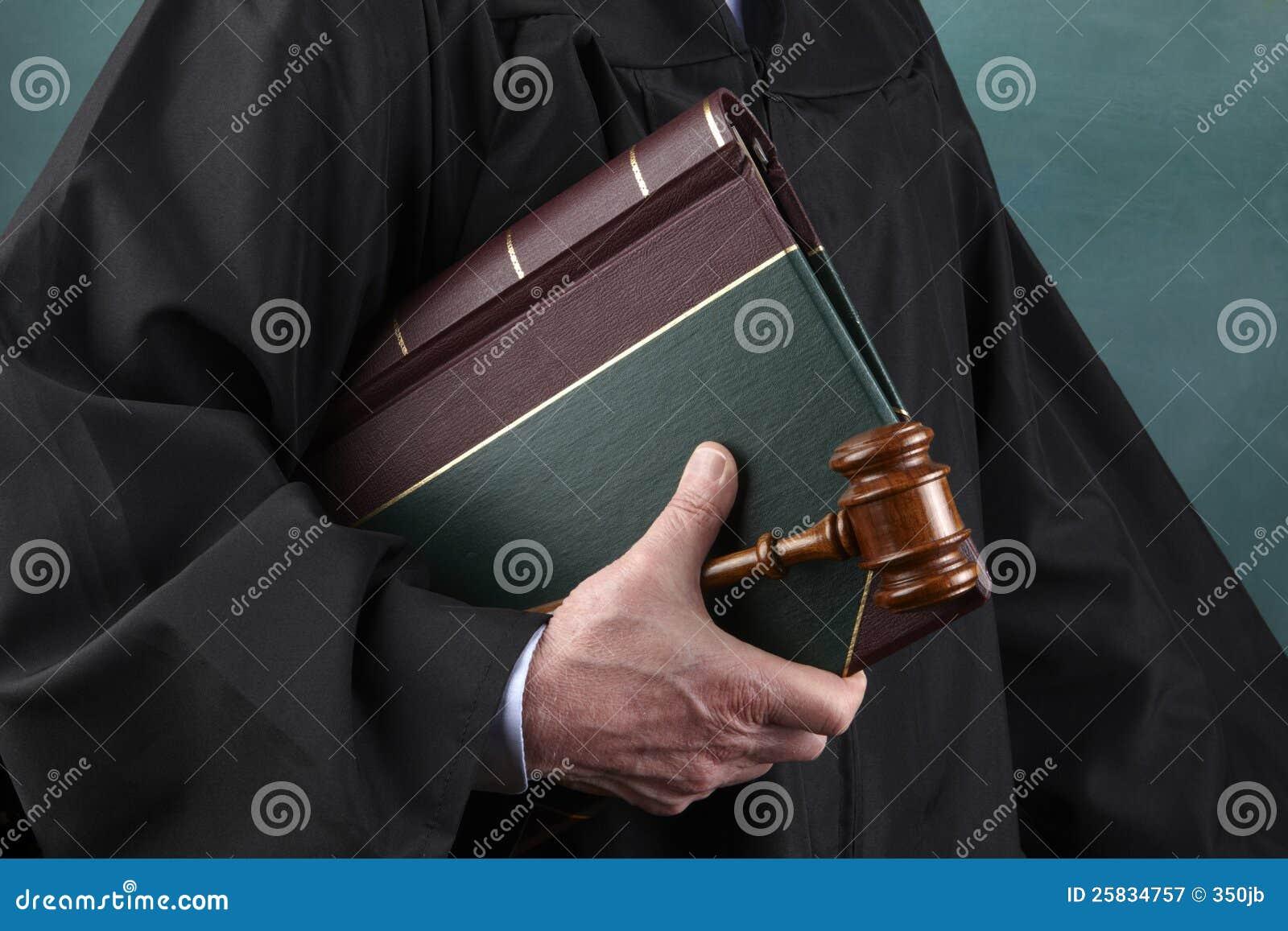 Sędzia prawo książka i młoteczek,