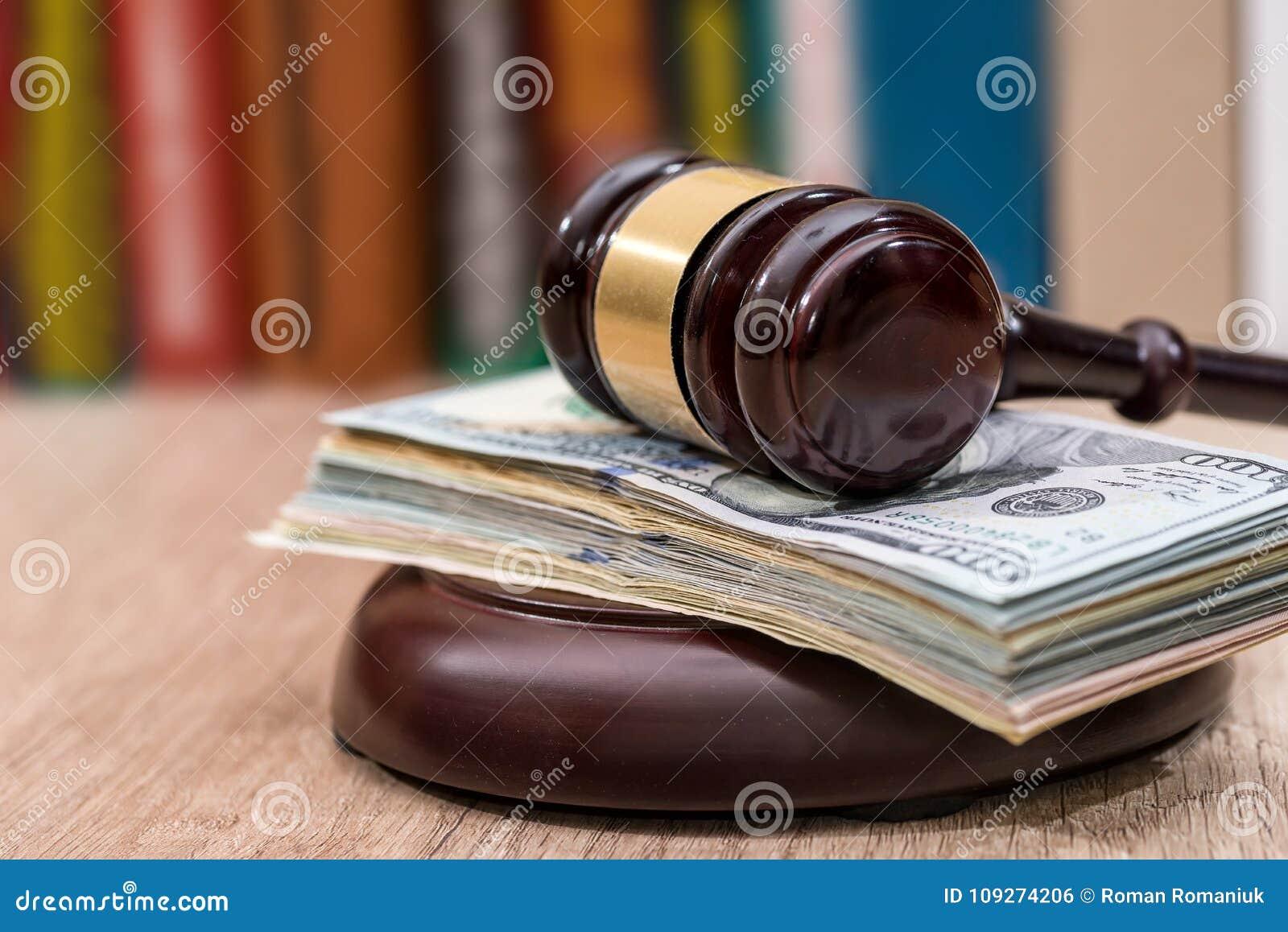 Sędziego młoteczek z dolarami, książki