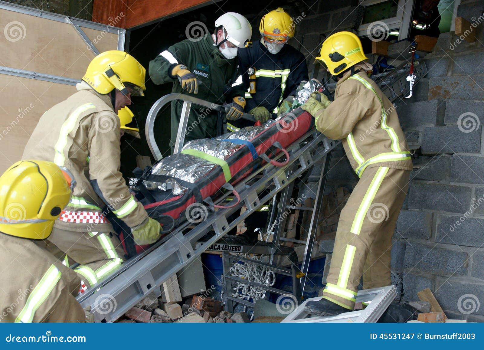 Słóżba ratownicza przy budynku zawaleniem się