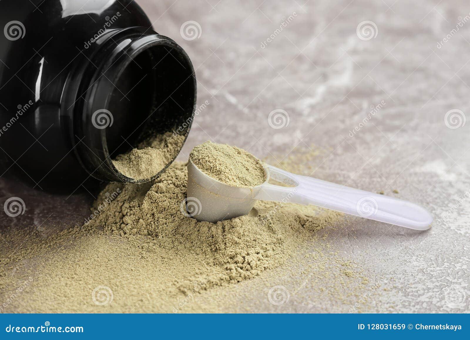 Słój i pomiarowa łyżka z konopianym proteina proszkiem