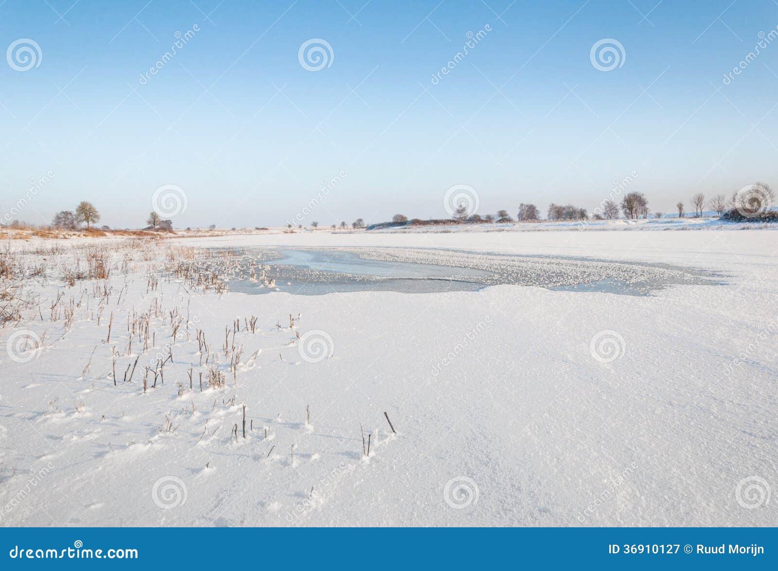 Słaby punkt w śnieg zakrywającym lodzie