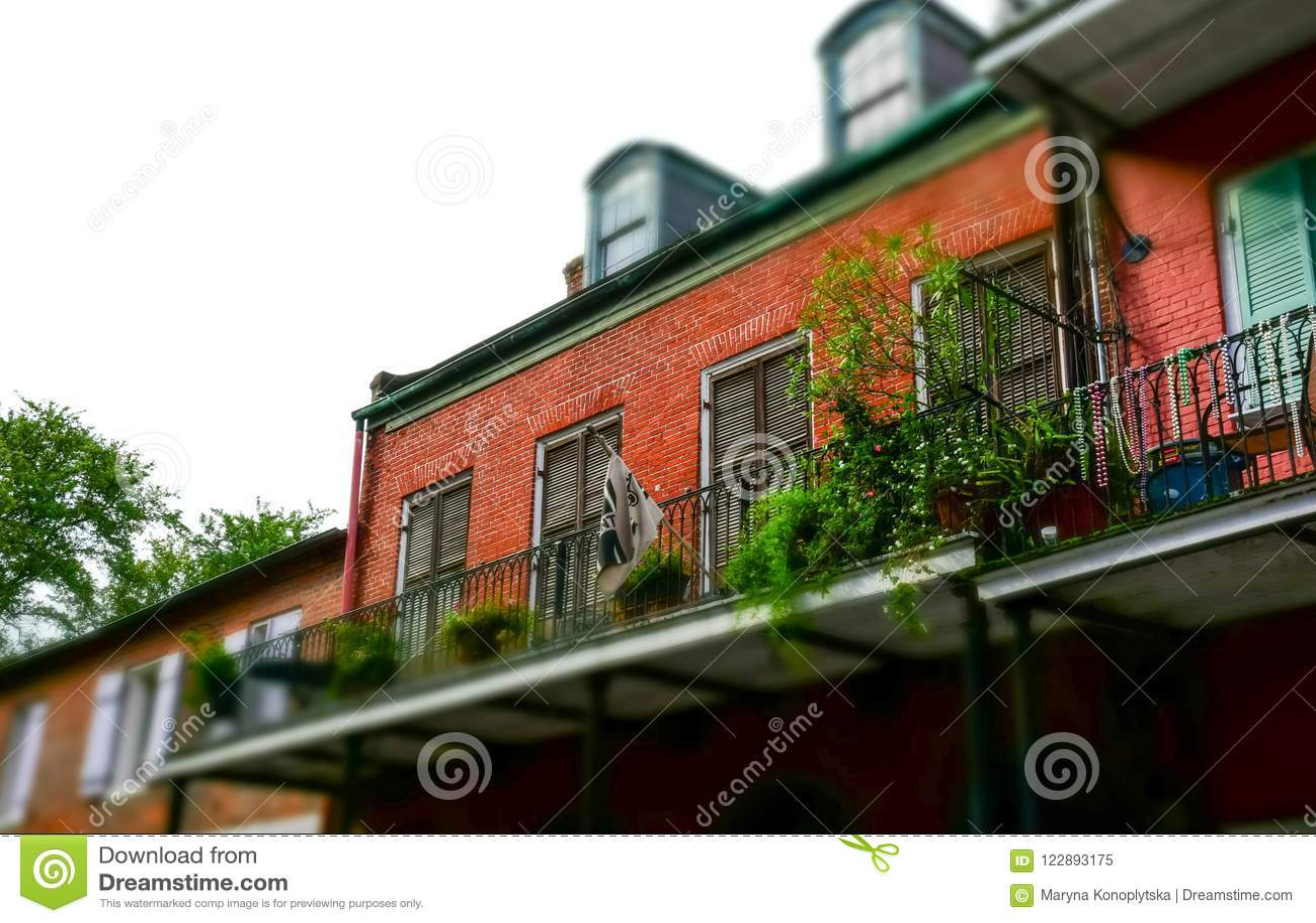 Sławna bourbon ulica, Nowy Orlean, Luizjana Starzy dwory w dzielnicie francuskiej Nowy Orlean