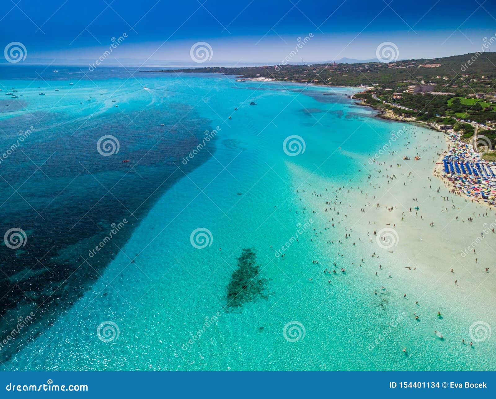 Sławna losu angeles Pelosa plaża z Torre della Pelosa na Sardinia wyspie, Włochy