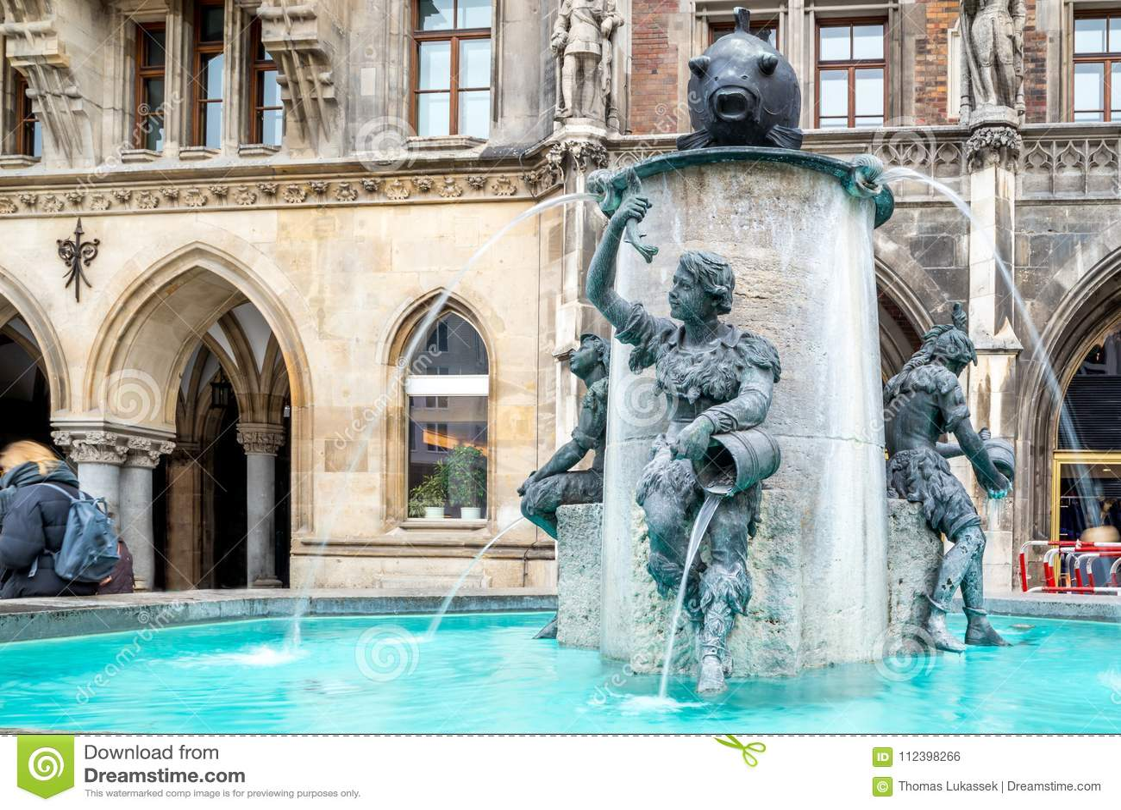 Sławna rybia fontanna, Fischbrunnen, na sławnym kwadracie Marienplatz
