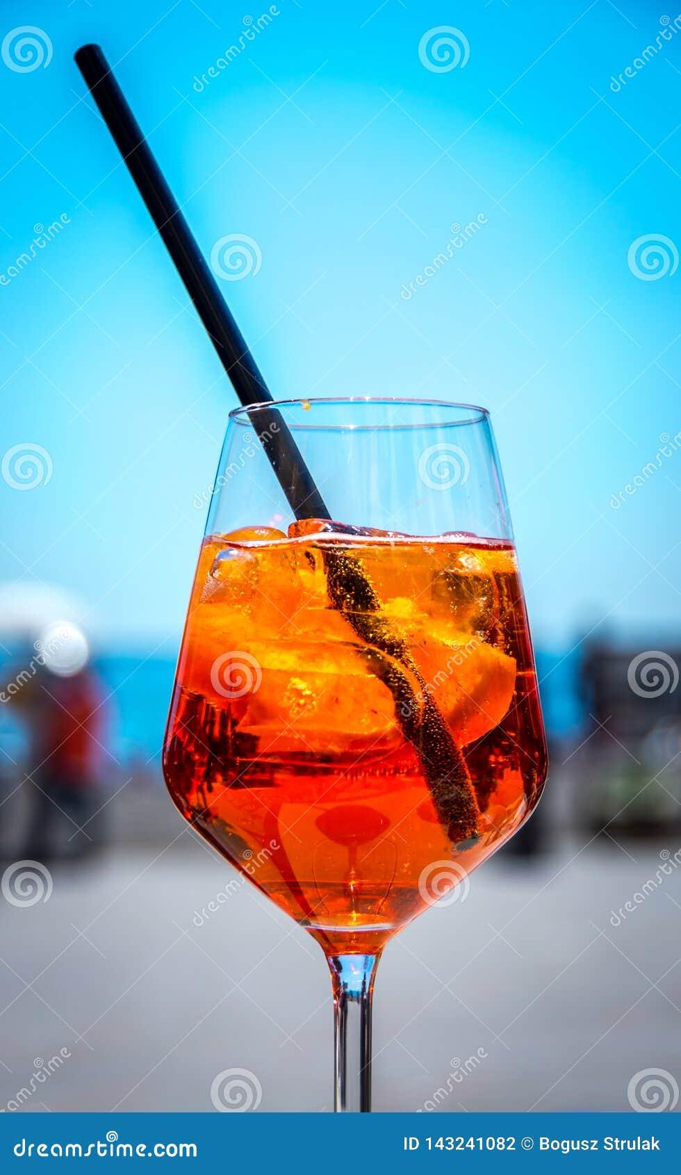 Sławna włoszczyzna Aperol spritz podczas gorącego lata