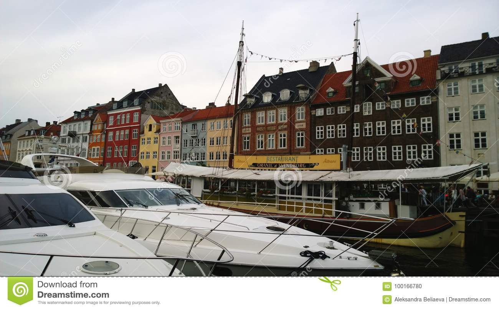 Sławny Nyhavn w Kopenhaga, z restauracjami i drogimi łodziami na wodzie