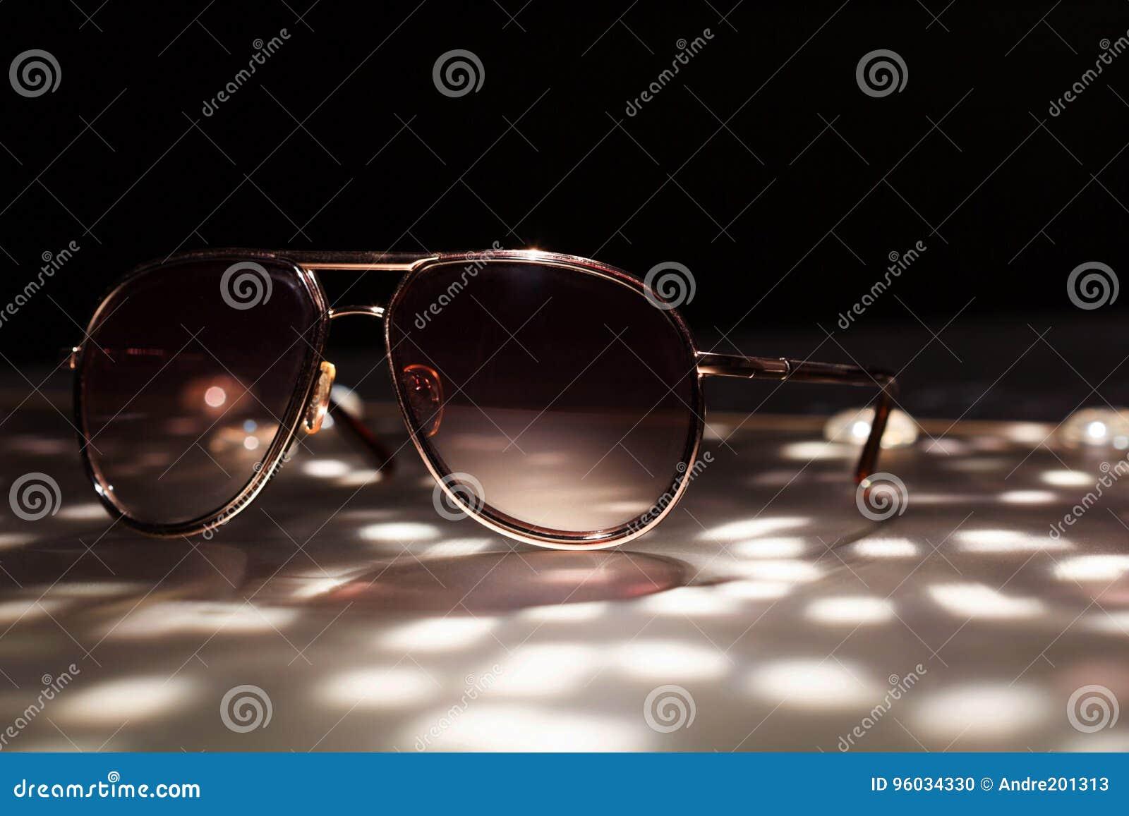 Słońc szkła na stołowym zakończeniu