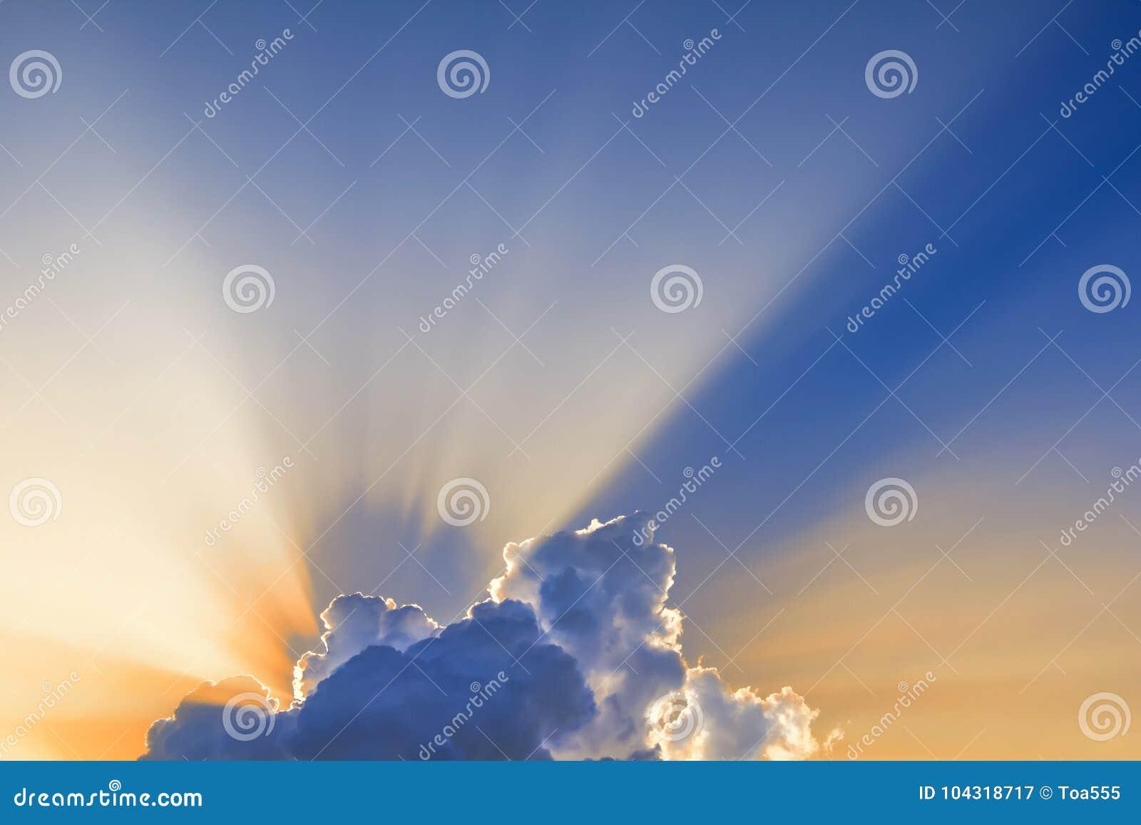 Słońce promienie przychodzący przez chmur