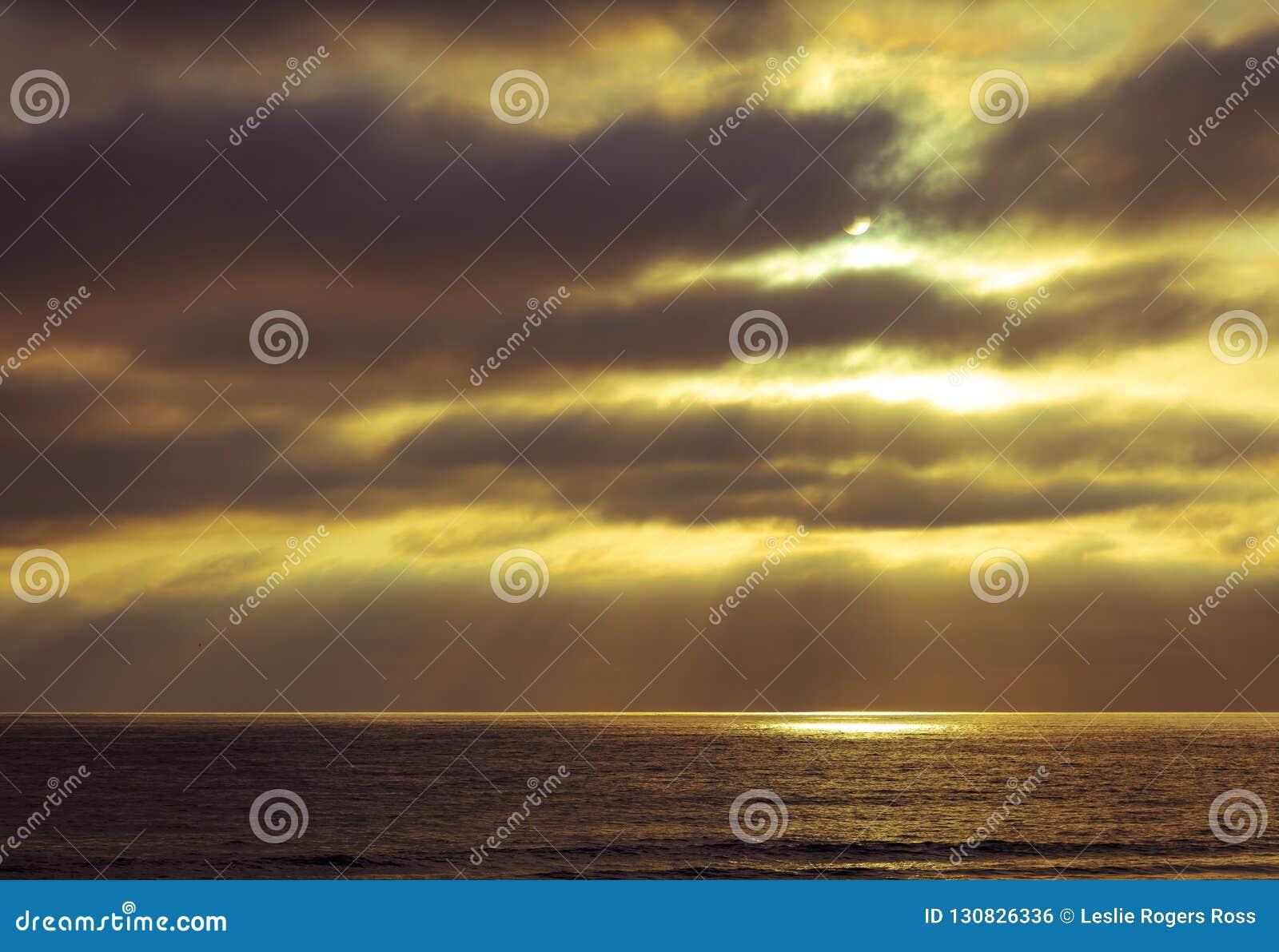 Słońce Promieniuje przez chmury i tworzy oceanu światło reflektorów