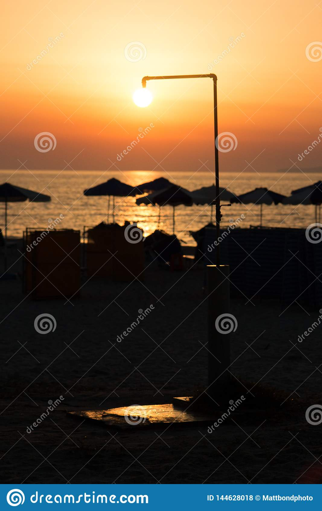Słońce prysznic nad plażą