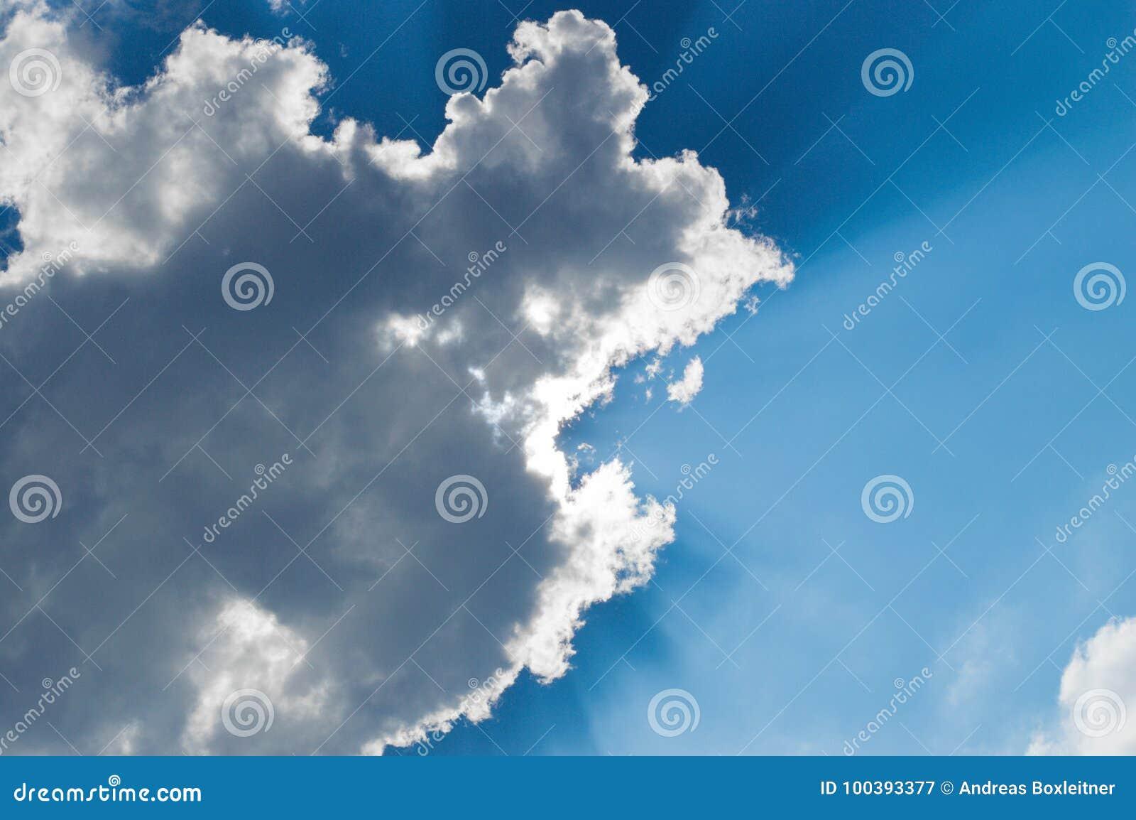 Słońce przerwy przez chmury