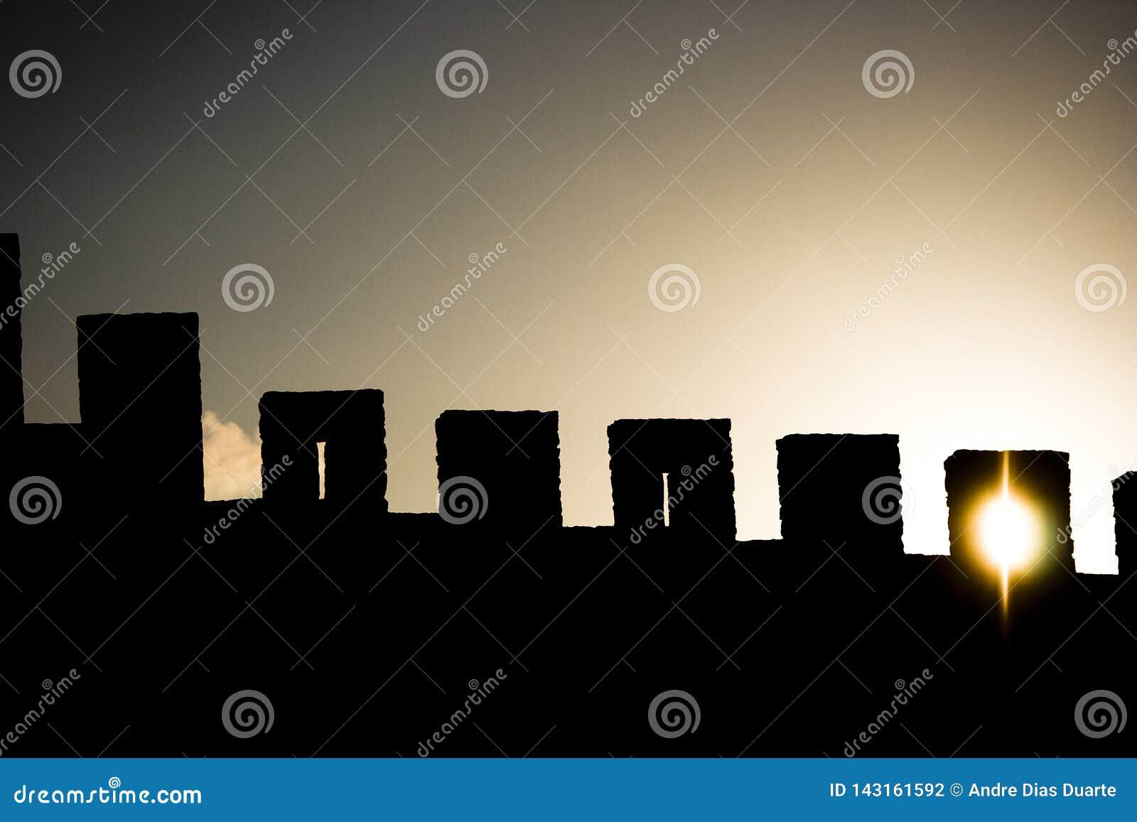 Słońce przez kasztel ścian z słońcem