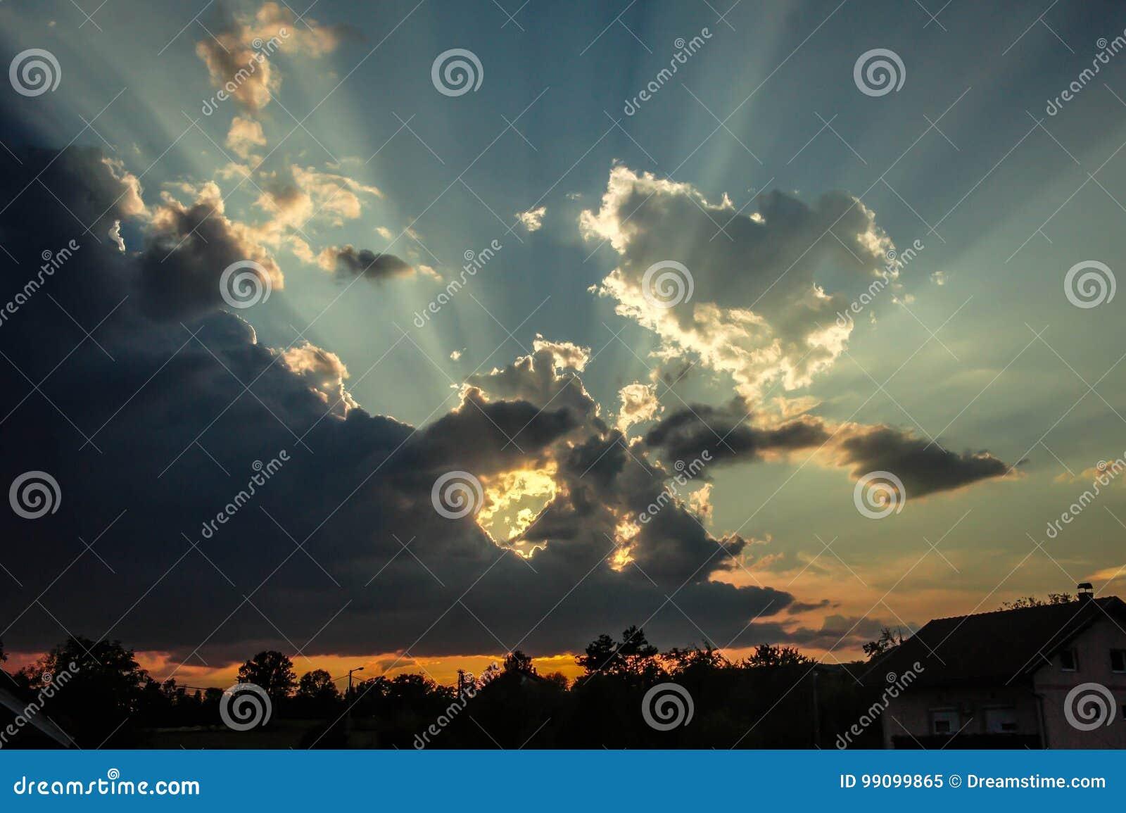 Słońce przychodzi z chmury