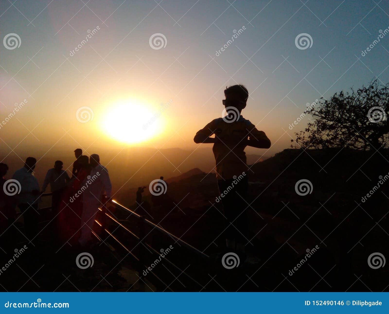 Słońce ustalony punkt z ładną pozą chłopiec