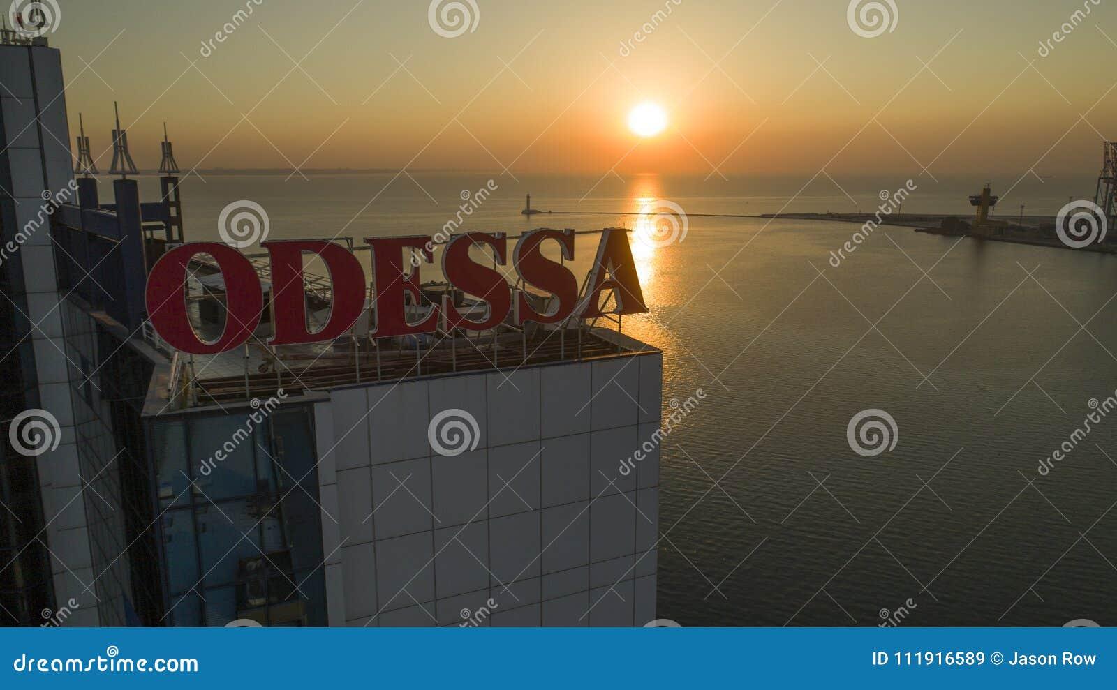 Słońce wzrosty za wielkim Odessa znakiem Ukraina