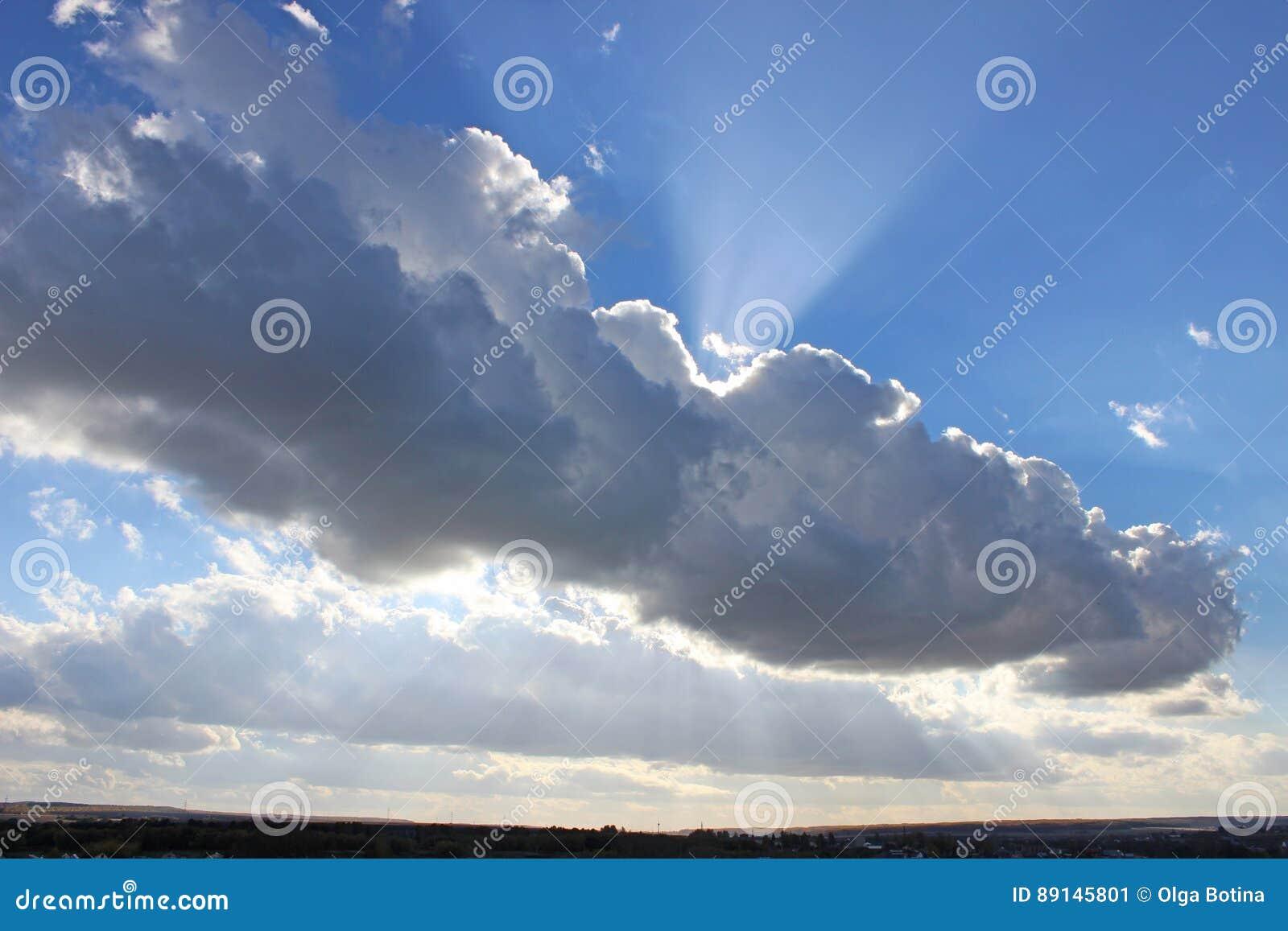 Słońce za obłocznym niebem