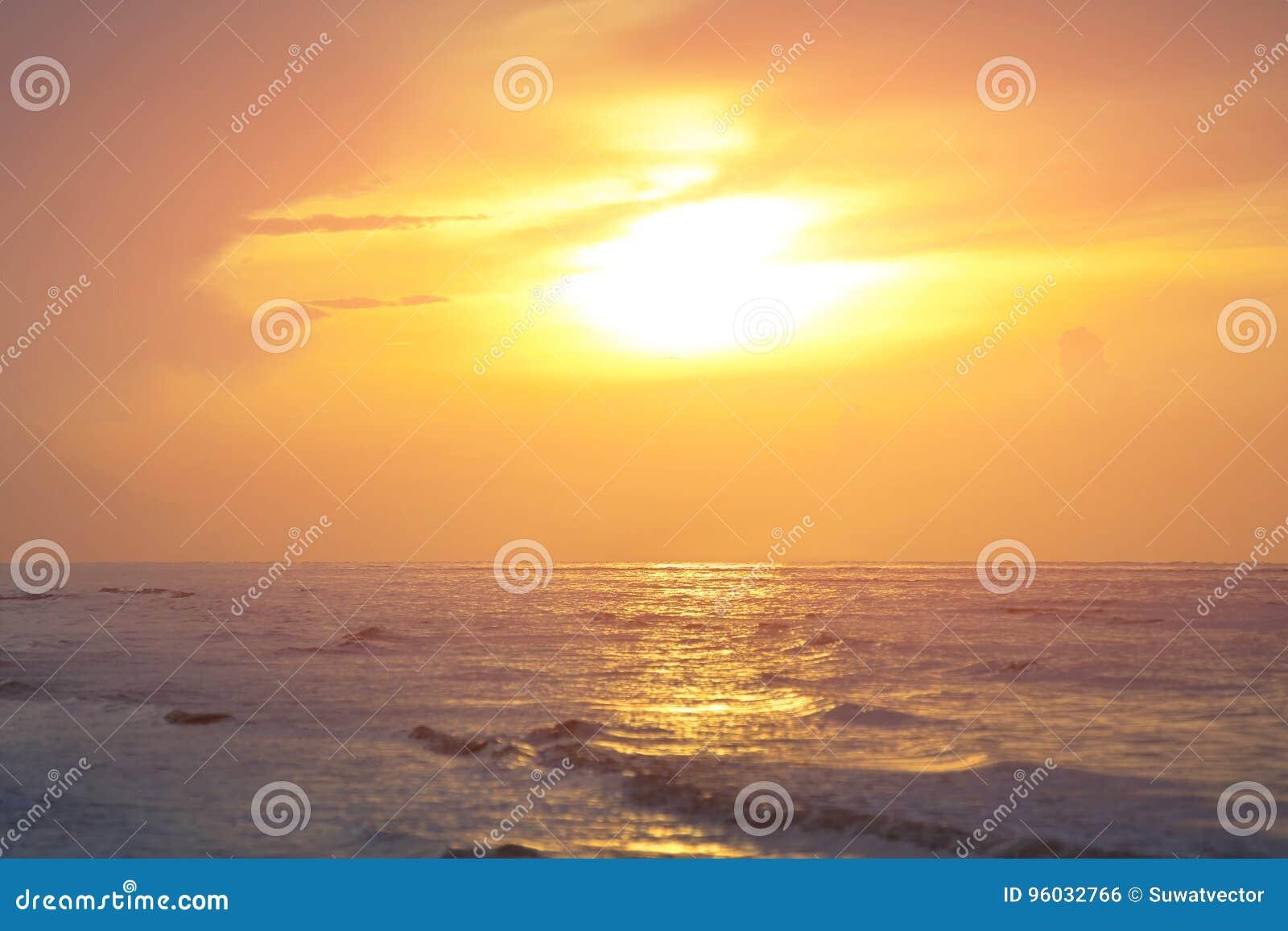 Słońce zaczynał wzrastać od morza w ranku