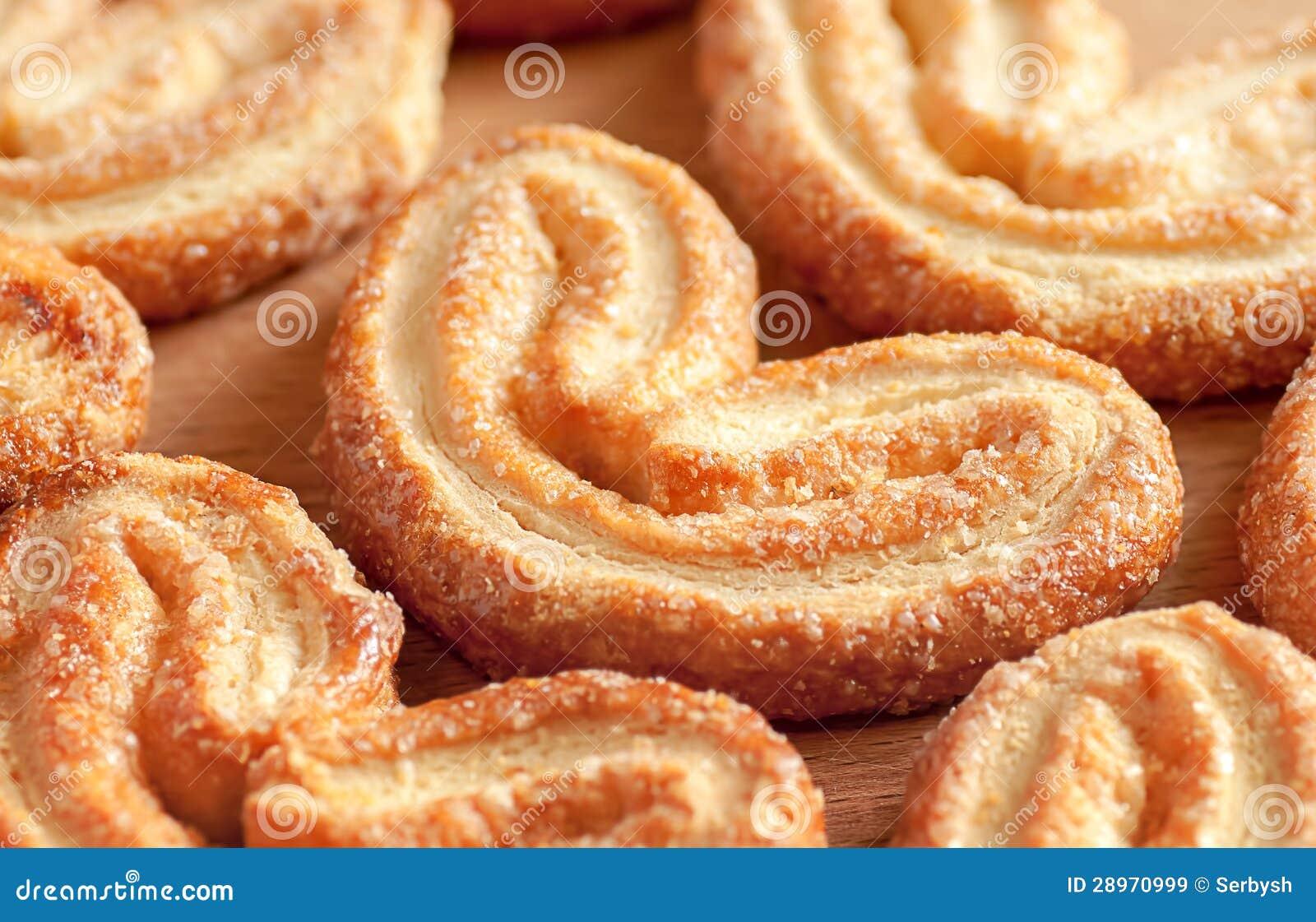 Słodcy ciastka w postaci serca na drewnianym stole