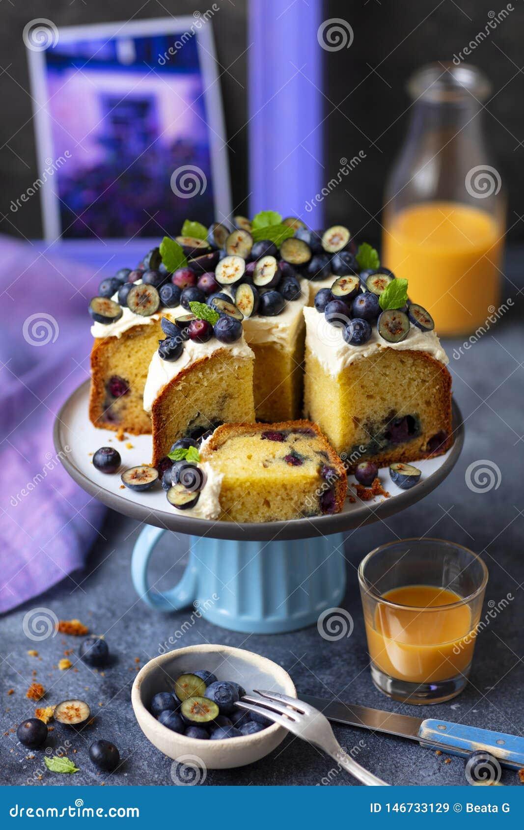 Słodka bułeczka tort z kremowego sera czarnymi jagodami i mrożeniem