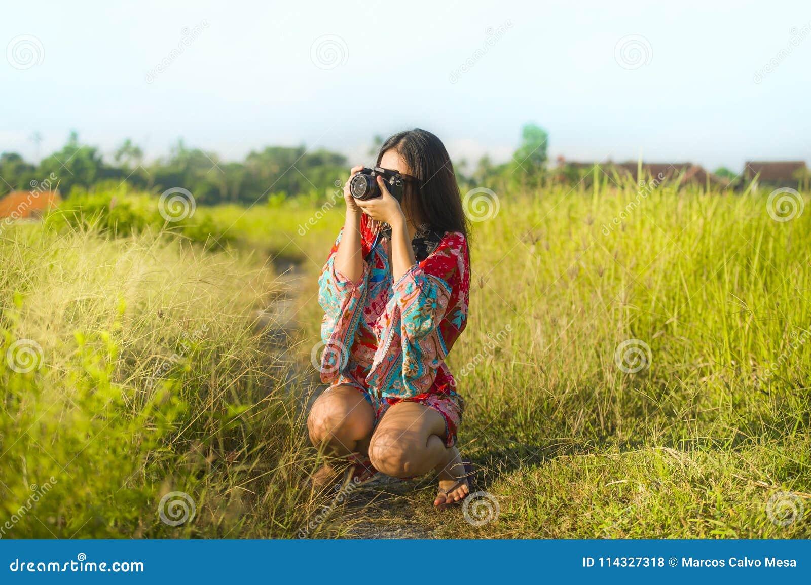 Słodka młoda Azjatycka chińczyka lub koreańczyka kobieta na jej 20s bierze obrazek z fotografii kamery ono uśmiecha się szczęśliw