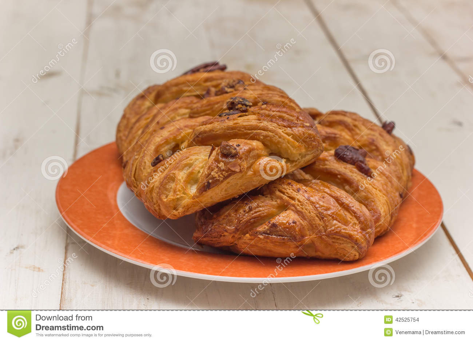 Słodka pecan babeczka na pomarańczowym talerzu