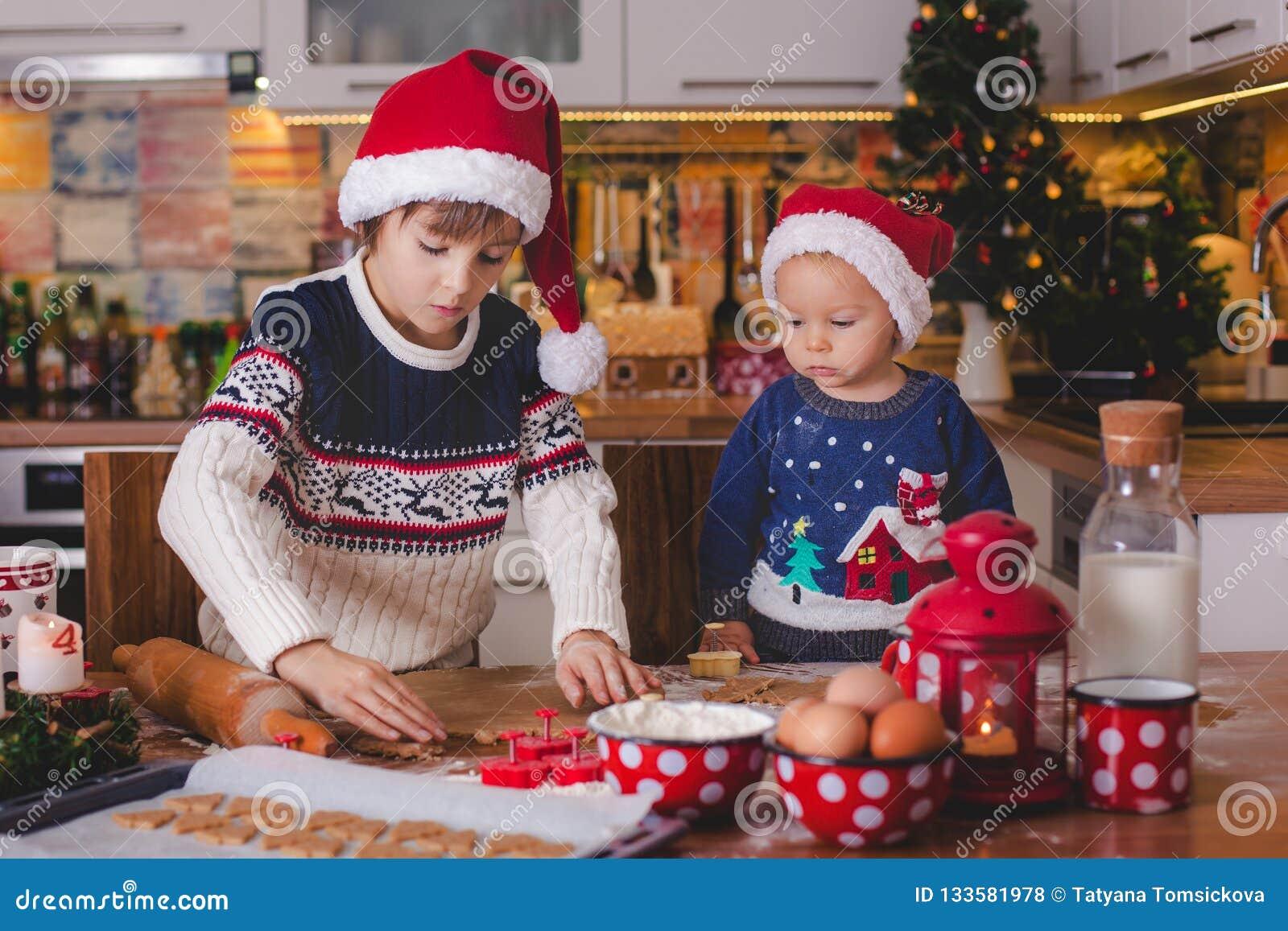 Słodki berbecia dziecko i jego stary brat, chłopiec, pomaga mamusia p