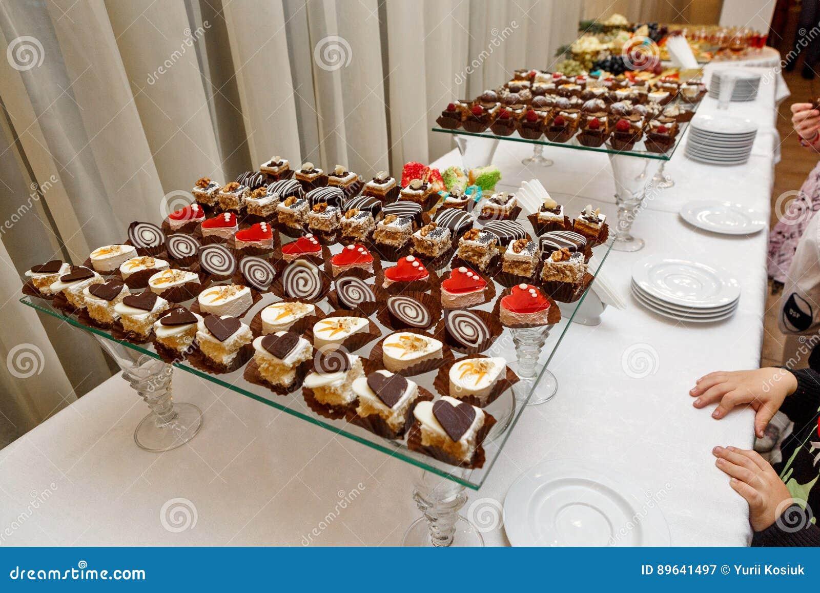 Słodki bufet czekoladowi torty, souffle i Szwajcarskie rolki -, catering