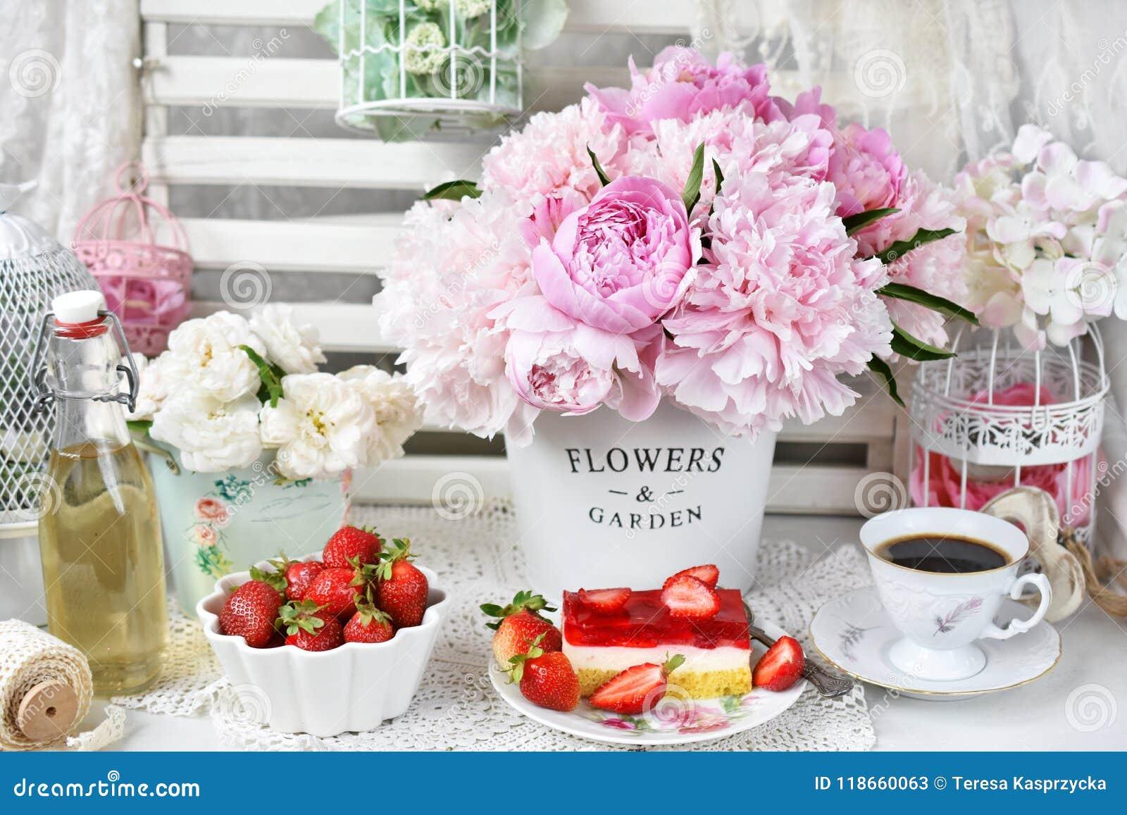 Słodki deser z truskawki galarety tortowymi i świeżymi owoc