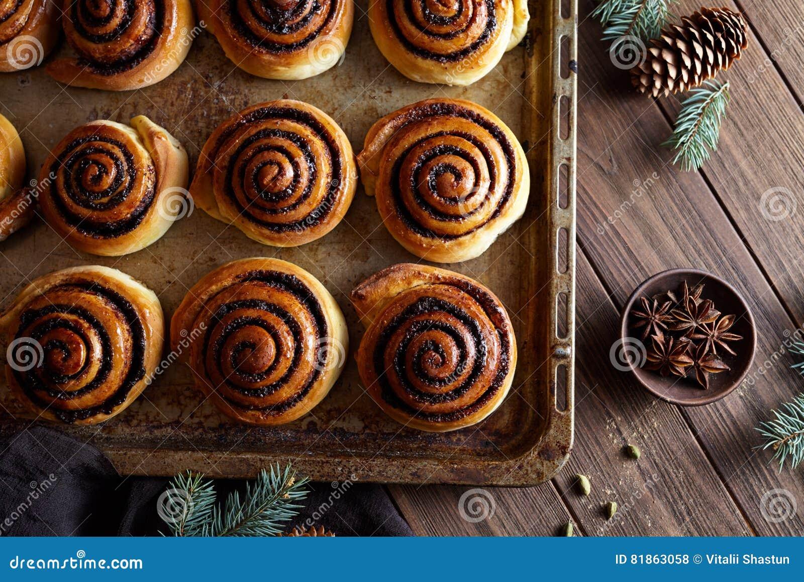 Słodki Domowej roboty bożych narodzeń piec Cynamonowych rolek babeczki z kakaowym plombowaniem Kanelbulle szwedzi deserowi